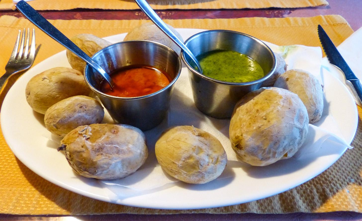 Canarische aardappelen met rode en groene saus... heerlijk!