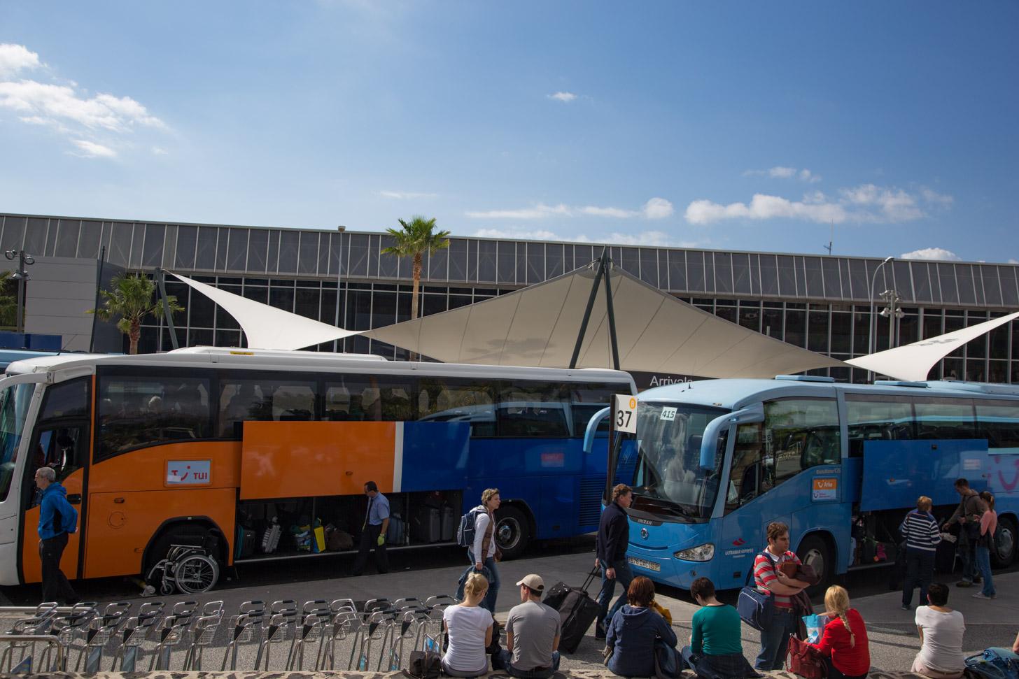Vervoer vanaf het vliegveld: met de touringcar naar het hotel